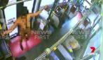Donna sale su bus e si spoglia completamente: la scena bizzarra a bordo