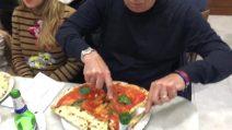 L'allenatore del Napoli Carlo Ancelotti mangia una pizza Da Michele