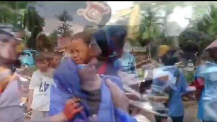 Tsunami Indonesia, bimbo salvato dopo crollo della sua casa: è rimasto 12 ore sotto le macerie