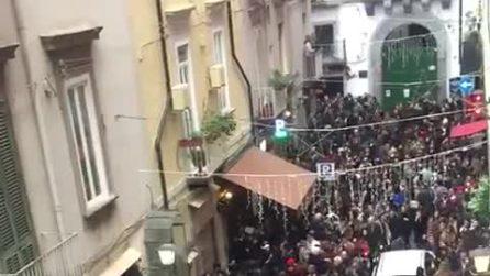 Napoli, in migliaia ai baretti di Chiaia per la Vigila di Natale