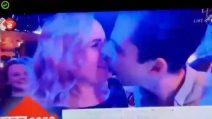 Tenta di baciare la donna accanto, lei rifiuta: il due di picche in diretta tv a Capodanno
