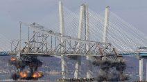 Il momento esatto in cui crolla il ponte nello stato di New York