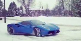 Con la Ferrari sulla neve: uno spettacolo tutto da vedere