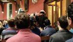 Oxford, Grillo e l'incontro con gli studenti: entra nella sala bendato