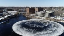 Enorme disco di ghiaccio ruota nel lago: la spiegazione al fenomeno