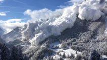 La gigantesca valanga travolge tutto e copre la valle sulle Alpi