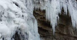 La cascata si ghiaccia: uno spettacolo naturale incredibile