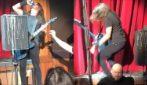 I Foo Fighters si esibiscono, Dave Grohl cade dal palco: l'imprevisto durante lo spettacolo
