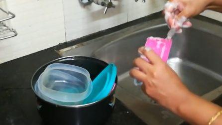 Come pulire i contenitori di plastica ed eliminare i cattivi odori: il metodo veloce