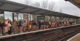 Aspettano la metropolitana in mutande: le immagini dell'inusuale iniziativa