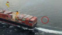 Grossa nave rischia di travolgere gommone con migranti: salvataggio in extremis