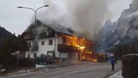 Le fiamme travolgono velocemente l'edificio: le immagini spaventose