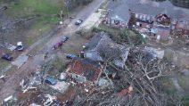 Il tornado spazza via una cittadina: le immagini della distruzione
