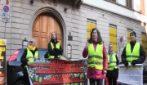 La protesta dei gilet gialli a Milano: una decina di manifestanti davanti alla Goldman Sachs