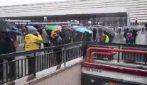 Si ferma la metro A a Roma: disagi per i passeggeri a piedi sotto la pioggia