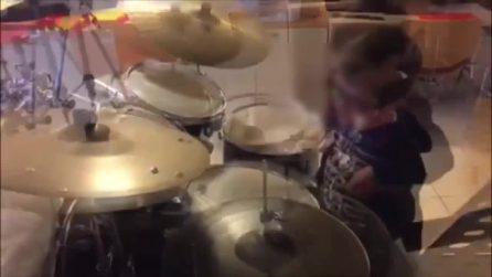"""A sei anni suona """"C'era un ragazzo"""" alla batteria e Gianni Morandi lo posta sui social"""