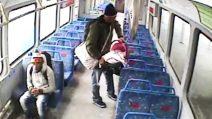 Padre lascia il figlio neonato in treno per fumare una sigaretta: il convoglio riparte senza di lui