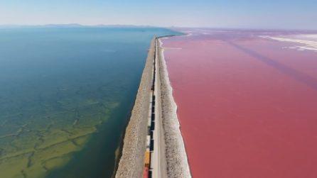In treno in mezzo al Great Salt Lake: dal rosso al blu il paesaggio incanta tutti