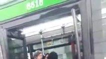 Milano, insulti e sberle alla mamma immigrata con il passeggino per farla scendere dal bus