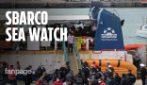 """Sea Watch, baci e abbracci a bordo: """"Migranti stanchi dopo 13 giorni in mare, ma ora sono felici"""""""