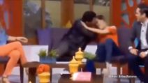 Funzionario del governo cerca di baciarla in diretta tv con la forza: costretto a dimettersi