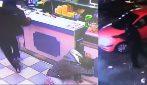 Adolescente cerca di uccidere il rivale in un locale: clienti terrorizzati si tuffano per ripararsi