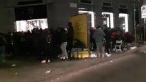 Milano, tutta la notte in fila per le scarpe Nike Air da 160 euro (che si rivendono a 500)