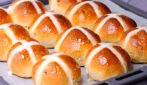 Hot cross buns: the original recipe to make them fluffy and tasty!