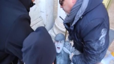 Dipendente dell'ippodromo di Capannelle tenta di darsi fuoco durante una protesta in Campidoglio