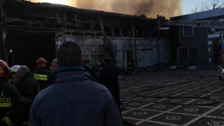 Casoria, in fiamme in una fabbrica di alluminio: il fumo nero arriva fino a Napoli