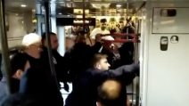 Migranti nascosti nel bagno di un treno: la polizia prova a trascinarli fuori