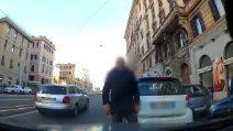 Roma, prova a far spostare le auto in doppia fila e viene aggredito