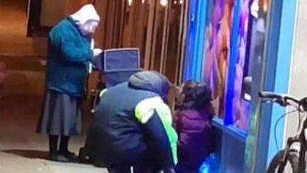 Si avvicina ai senzatetto durante una notte gelida: il gesto di questa nonna vi scalderà il cuore