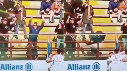 Tifoso cade dalla balaustra mentre esulta: paura durante la partita del Bari