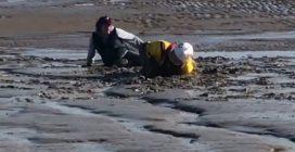 Donna sprofonda nel fango e resta bloccata: il difficile salvataggio