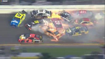 Nascar, terrificante incidente alla Daytona 500: 21 auto coinvolte
