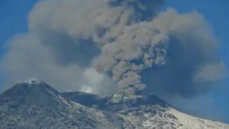 L'Etna in eruzione: le spettacolari immagini della colonna di fumo