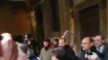 Caso Diciotti, Giarrusso (M5s) fa il gesto delle manette al Pd