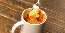 Microwave mug pizza: ready in just two minutes!
