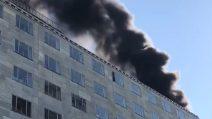 Milano, incendio in un palazzo di via Turati: le prime immagini