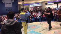 """Mahmood canta """"Soldi"""" insieme a centinaia di fan al Centro Commerciale Campania"""