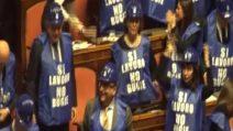 """Sì lavoro, no bugie"", Forza Italia in aula indossa i gilet blu"