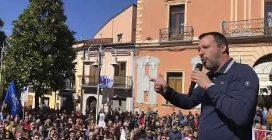 """Matteo Salvini contestato a Melfi: """"Ladro di 49 milioni"""". La replica: """"Siete bimbi di 6 anni"""""""