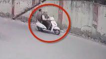 Cade palo del telefono e colpisce due motociclisti: le immagini choc