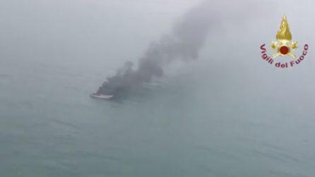 La barca prende fuoco: due persone a bordo si tuffano in mare disperate