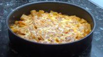 Pasta e patate al forno: l'aggiunta della scamorza renderà questo piatto unico