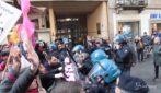 Lotto Marzo, scontri a Torino: il corteo femminista sfonda il cordone della polizia