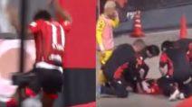 Segna un gol e poi corre verso la curva, salta e cade nel fossato: paura per Anderson Lopes