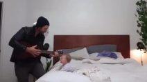 Papà suona la chitarra, la bimba batte le manine e impazzisce di gioia