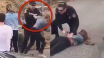 Poliziotto colpisce una donna in faccia prima di arrestarla: le immagini choc